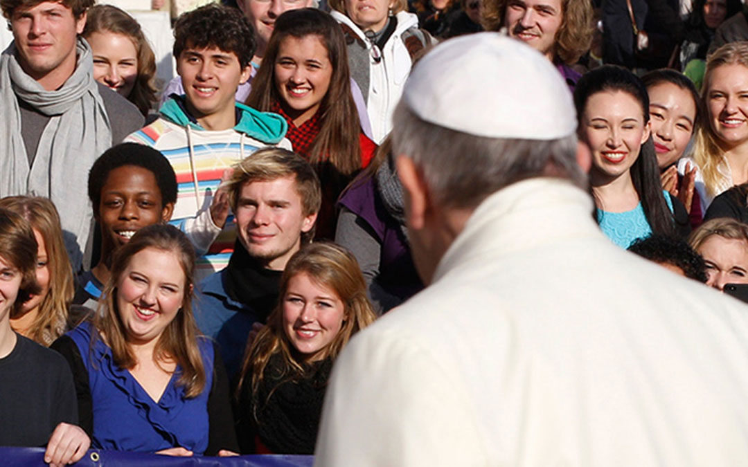 """La """"revolución del servicio"""" una propuesta del Papa Francisco a los jóvenes creyentes y no creyentes"""